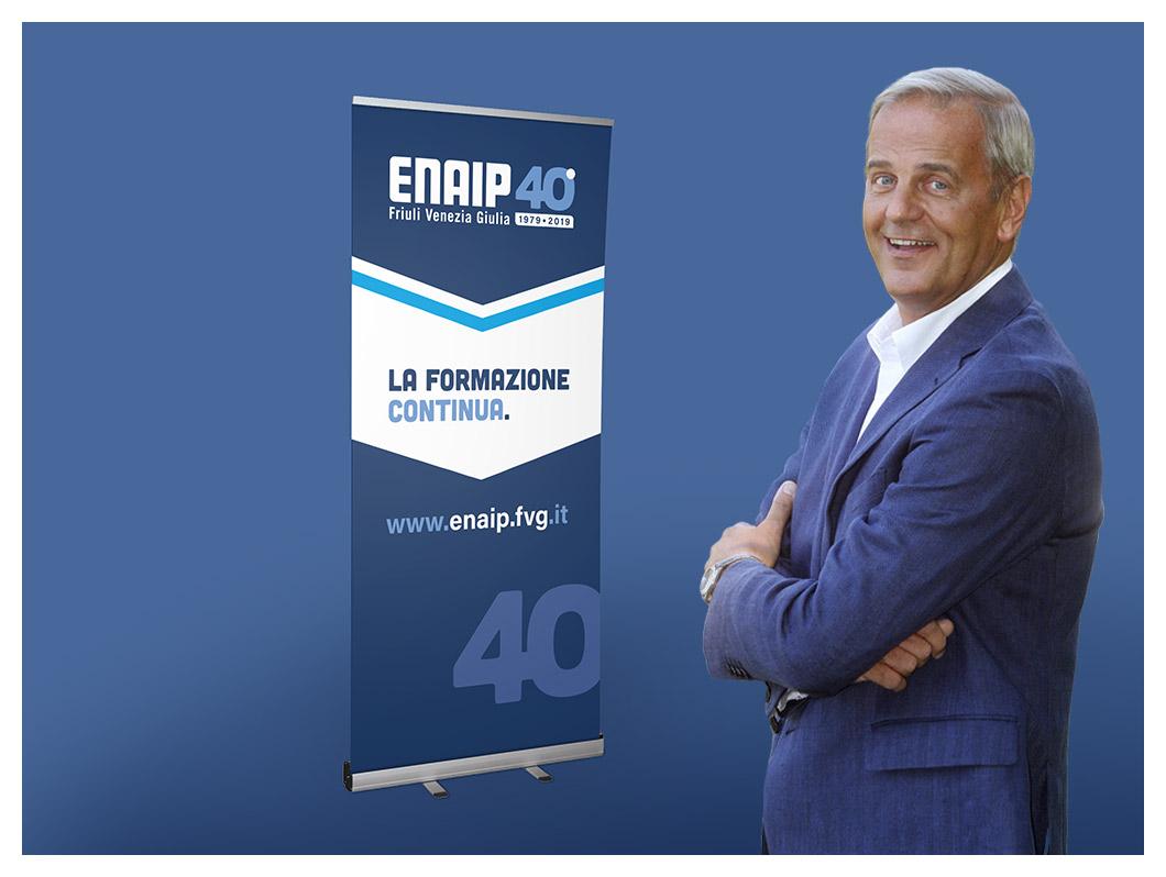 Enrico Bertolino con il rollup dei 40 anni di ENAIP FVG
